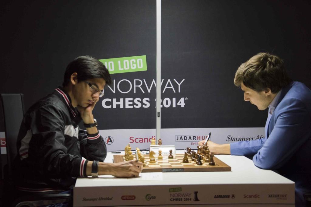 Giri ha cercato di vincere per oltre 100 mosse ma alla fine é stato Karjakin a fare il punto.