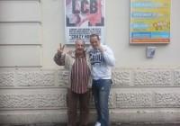 Gianni Burli e Sergio Leveque posano fuori dalla Scala a Londra con il poster dell'evento alle loro spalle.