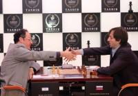 Alexander Grischuk torna sopra i 2800 battendo Gelfand e continua la sua corsa.