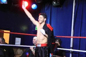 Khalid saluta il pubblico al su ingresso sul ring. Foto di Volfango Rizzi.