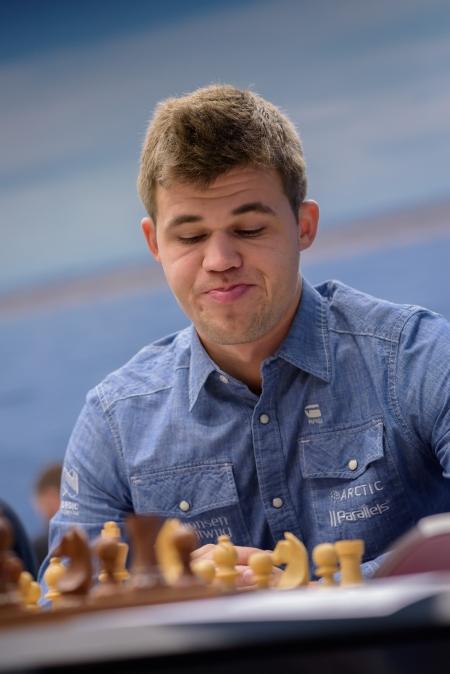 Magnus Carlsen vince la quinta partita consecutiva.