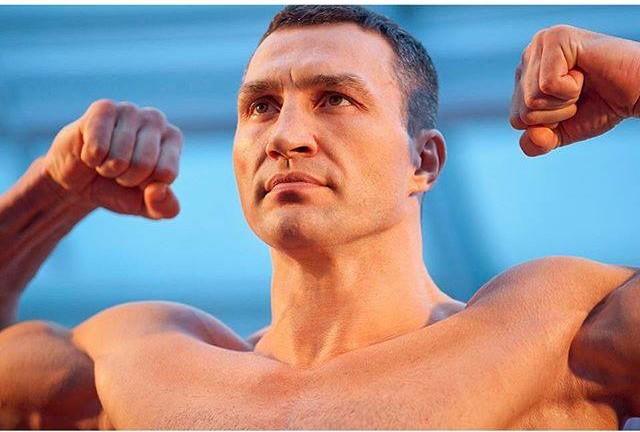 Wladimir Klitschko al peso prima dell'incontro.