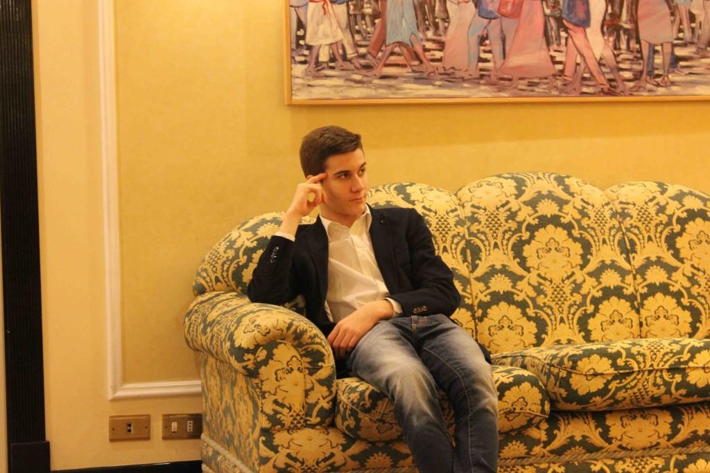 L'ex Campione Italiano Alberto David non sembra impensierire Luca Moroni che si rilassa sul divanetto mentre la partita e' in corso.