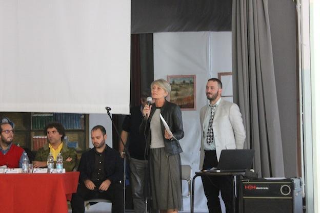 Laura Legora, presidente dell'AUSER Voghera, porge i saluti al pubblico presente.
