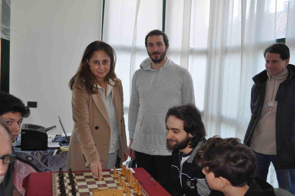 L'assessore Bressani effettua la prima mossa del torneo sulla prima scacchiera.