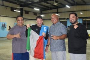 Gli allenatori micronesiani Erik e Kennet assieme ad Andrea Galbiati e il senatore