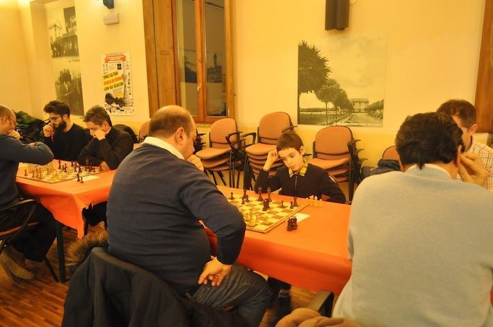 All'ultimo turno, tutti adulti sulle prime 6 scacchiere, tranne in 5a scacchiera: c'era il giovane Alessandro De Martini di 8 anni.