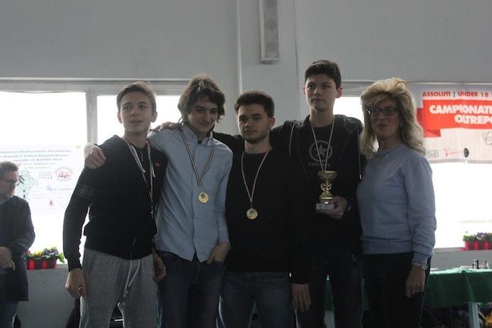 L'assessore Alida Battistella prema una fortissima compagine Allievi: oltre al primo posto squadra, tutti e quattro i componenti hanno vinto la medaglia di miglior scacchiera.