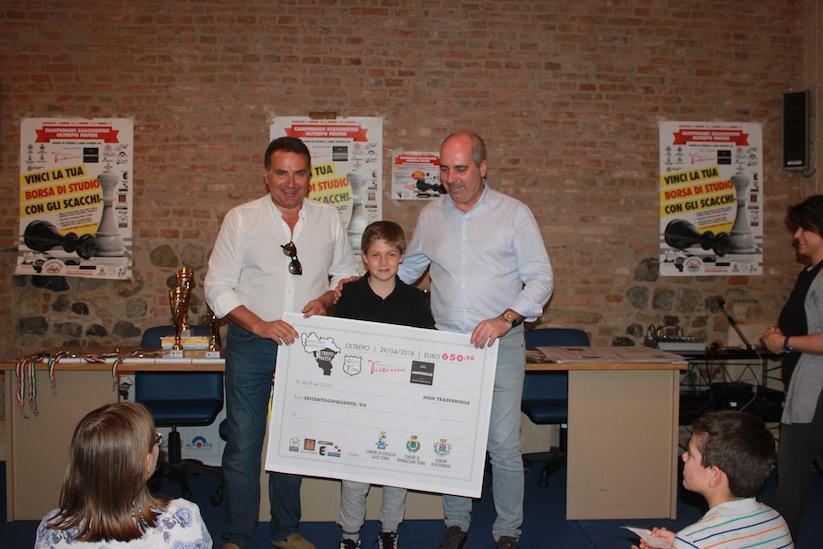 Federico Algeri premiato da Romano Ferrari e dal sindaco Fabio Riva.