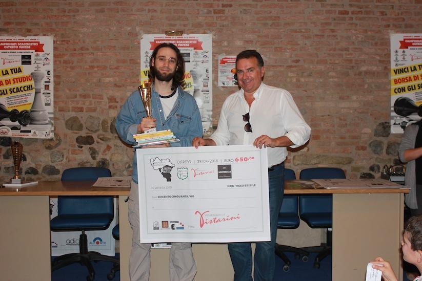 Clint Bosi premiato dal vicesindaco Romano Ferrari.